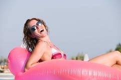 Mulher muito feliz na cama de ar cor-de-rosa imagem de stock