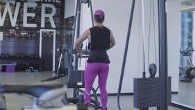 Mulher muito forte que faz exercícios da mão vídeos de arquivo