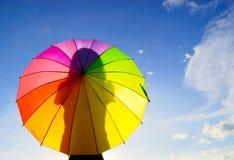 Mulher multicolor do guarda-chuva da sombra Fotos de Stock