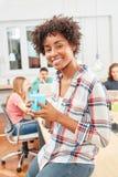 A mulher multicultural nova está fazendo a ruptura de café fotos de stock royalty free