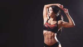 Mulher muscular bonita do ajuste video estoque