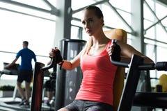 Mulher muscular bonita do ajuste imagem de stock