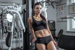Mulher muscular bonita do ajuste imagens de stock royalty free