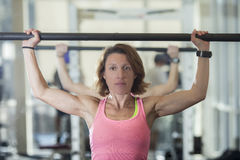 Mulher muscular com barbell Foto de Stock Royalty Free