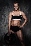 Mulher muscular do halterofilista Foto de Stock
