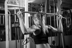Mulher muscular nova que faz o exercício Imagem de Stock Royalty Free