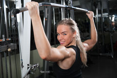 Mulher muscular nova que faz o exercício Fotografia de Stock