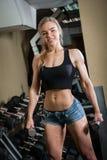 Mulher muscular nova que faz o exercício Fotografia de Stock Royalty Free