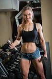 Mulher muscular nova que faz o exercício Imagem de Stock
