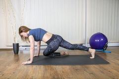 Mulher muscular que faz o exercício intenso do núcleo foto de stock