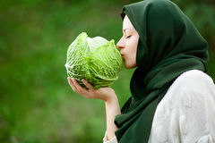 Mulher muçulmana com couve Foto de Stock Royalty Free