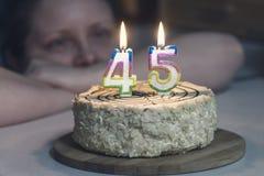 A mulher não é bolo de vista novo, velas está queimando-se no f Imagem de Stock Royalty Free