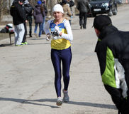 Mulher não identificada nos 20.000 medidores da caminhada da raça Fotografia de Stock