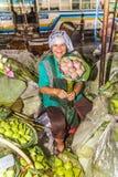 A mulher não identificada vende flores sobre Fotos de Stock Royalty Free