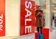 Mulher não mais dinheiro para comprar no shopping Foto de Stock
