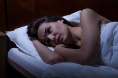 A mulher não pode dormir durante a noite Fotografia de Stock Royalty Free