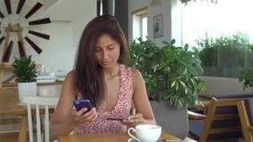 A mulher não pode fazer a compra com o cartão de crédito no telefone celular vídeos de arquivo