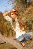 Mulher na árvore - Autumn Lifestyle. Fotografia de Stock Royalty Free