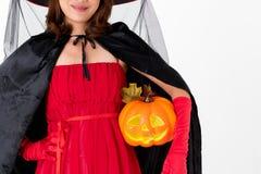 Mulher na abóbora vermelha da terra arrendada do traje, tiro do estúdio do retrato no wh imagem de stock