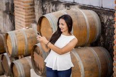 Mulher na adega de vinho Fotografia de Stock Royalty Free