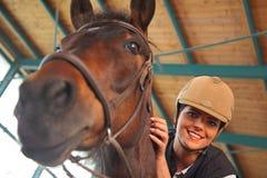 Mulher na arena interna da equitação imagem de stock royalty free
