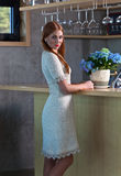 Mulher na barra Fotos de Stock Royalty Free