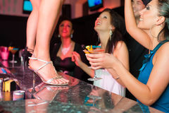 A mulher na barra ou no clube está dançando na tabela Imagens de Stock Royalty Free