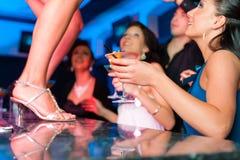 A mulher na barra ou no clube está dançando na tabela Imagem de Stock Royalty Free
