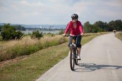 Mulher na bicicleta Imagens de Stock Royalty Free