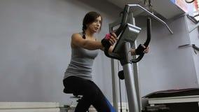 Mulher na bicicleta do exercício video estoque