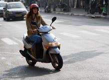 Mulher na bicicleta do motor Fotografia de Stock Royalty Free