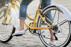 Mulher na bicicleta retro fotos de stock