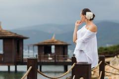 Mulher na blusa branca no recurso imagens de stock royalty free
