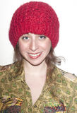 Mulher na blusa e em Red Hat coloridos Foto de Stock Royalty Free