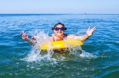 Mulher na boia inflável Imagem de Stock