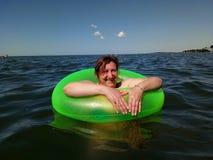 Mulher na boia inflável Imagens de Stock