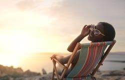 Mulher na cadeira de plataforma imagem de stock royalty free
