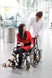 Mulher na cadeira de rodas Fotos de Stock