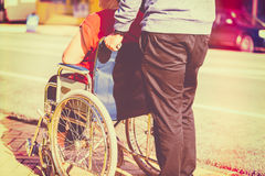 Mulher na cadeira de rodas imagens de stock