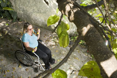 A mulher na cadeira de rodas levanta os pesos - horizontais Imagem de Stock Royalty Free