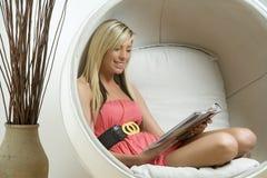 Mulher na cadeira do estilo do ovo Fotos de Stock Royalty Free