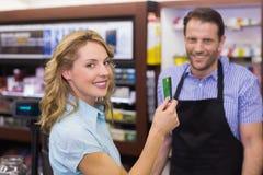 Mulher na caixa registadora que paga com cartão de crédito foto de stock royalty free