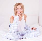 Mulher na cama Imagens de Stock
