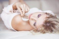Mulher na cama Fotos de Stock Royalty Free