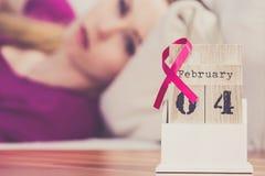 Mulher na cama, dia do câncer da mama do mundo no calendário Fotografia de Stock Royalty Free
