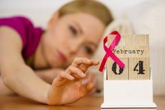 Mulher na cama, dia do câncer da mama do mundo no calendário Foto de Stock Royalty Free