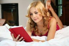 Mulher na cama em casa Imagem de Stock