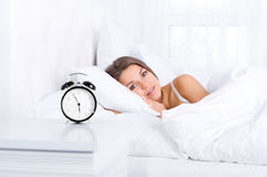 Mulher na cama que acorda Fotografia de Stock Royalty Free