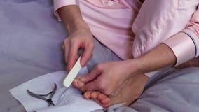 Mulher na cama que faz o pedicure filme