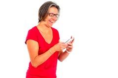 Mulher na camisa vermelha de t no smartphone no estúdio fotos de stock